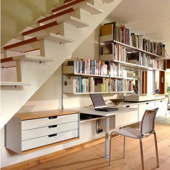 bureau et etagere sous escalier